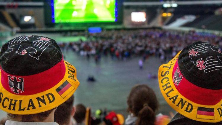 Fußballfans verfolgen beim Public Viewing ein Fußballspiel. Foto: Sebastian Stenzel/dpa/Symbolbild