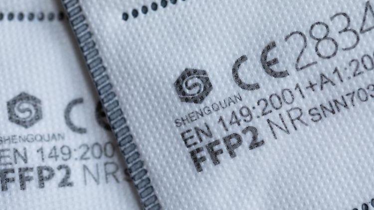 FFP2-Masken mit CE-Zertifizierung liegen auf einem Tisch. Foto: Rolf Vennenbernd/dpa/Illustration
