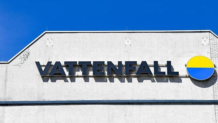 Das Logo vom Energieunternehmen Vattenfall an einer Häuserwand. Foto: Jens Kalaene/dpa-Zentralbild/ZB/Archivbild