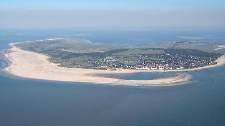 Die Insel Borkum aus der Luft. Foto: Sina Schuldt/dpa/Archivbild