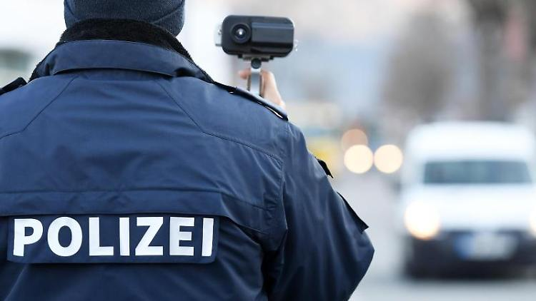 Ein Polizist blitzt. Foto: Angelika Warmuth/dpa/Archivbild