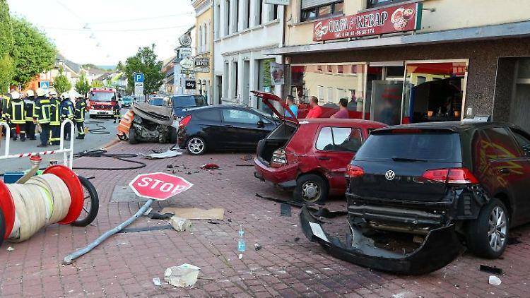 Die Unfallstelle, nachdem ein Autofahrer ungebremst gegen einen Wagen fuhr und zwei Menschen starben. Foto: picture alliance / Simon Mario Avenia/dpa/Archivbild