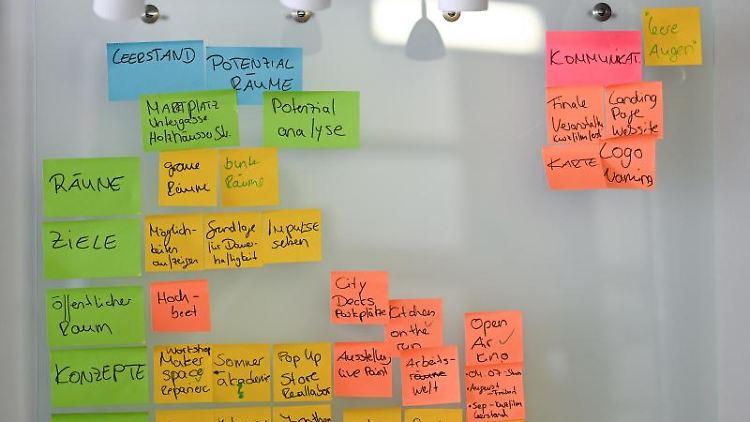 Projektbezogene Post-Its hängen in der Fachwerkerei Coworking Space Marktplatz 9 an einem Board. Foto: Uwe Zucchi/dpa