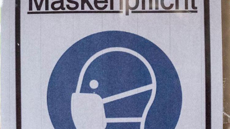 Ein Plakat mit der Aufschrift
