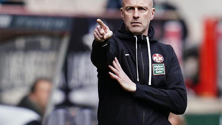 Kaiserslauterns Trainer Marco Antwerpen gestikuliert an der Seitenlinie. Foto: Uwe Anspach/dpa/Archivbild