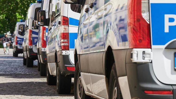 Einige Polizeifahrzeuge stehen hintereinander auf einer Straße. Foto: Annette Riedl/dpa/Archivbild