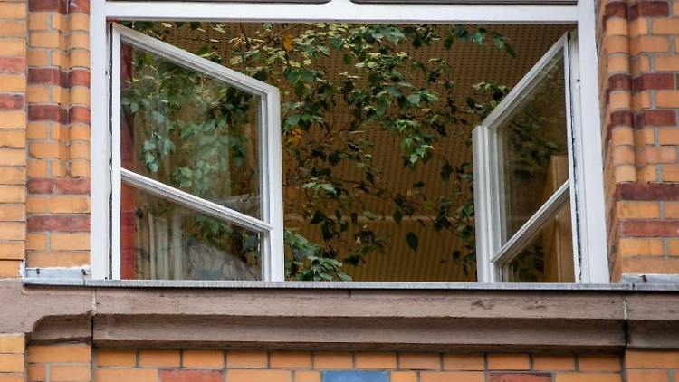 Ein Fenster an einer Schule ist zum Lüften geöffnet. Foto: Christoph Schmidt/dpa/Archivbild/Symbolbild