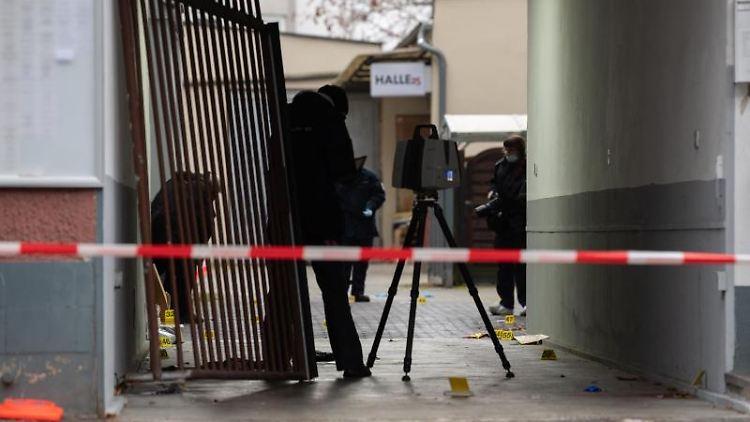 Kriminaltechniker der Polizei sichern nach der Schießerei Spuren in einem Hof in Kreuzberg. Foto: Paul Zinken/dpa/Archivbild