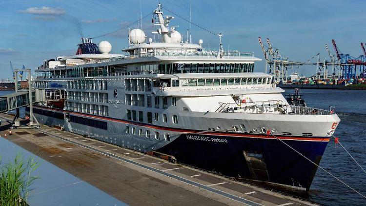 """Das Kreuzfahrtschiff """"Hanseatic nature"""" von Hapag-Lloyd Cruises liegt am Terminal. Foto: Axel Heimken/dpa"""