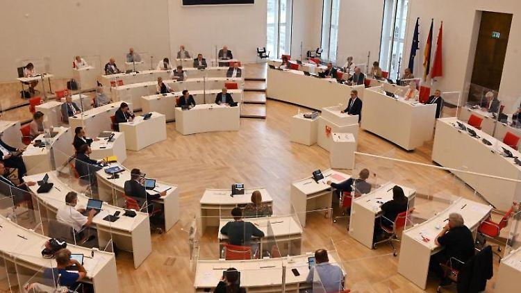 Eine Sitzung des Landtags in Brandenburg. Foto: Bernd Settnik/dpa/Archivbild