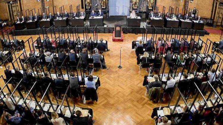 Die Abgeordeten sitzten im Plenarsaal der Bürgerschaft Hamburg. Foto: Axel Heimken/dpa