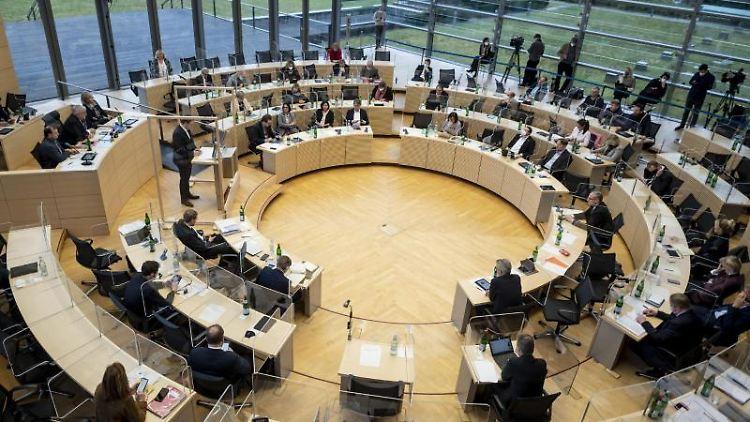 Die Abgeordneten des schleswig-holsteinischen Landtags debattieren im Plenarsaal. Foto: Axel Heimken/dpa
