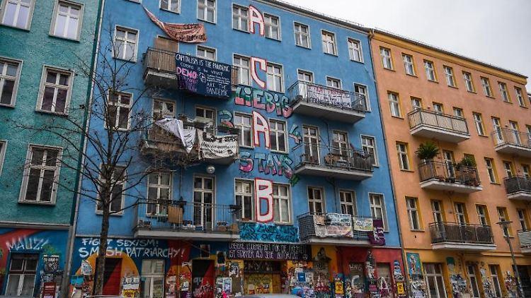 Das Haus in der Rigaer Str. 94 ist von linksradikalen Bewohnern besetzt und verbarrikadiert. Foto: Christophe Gateau/dpa