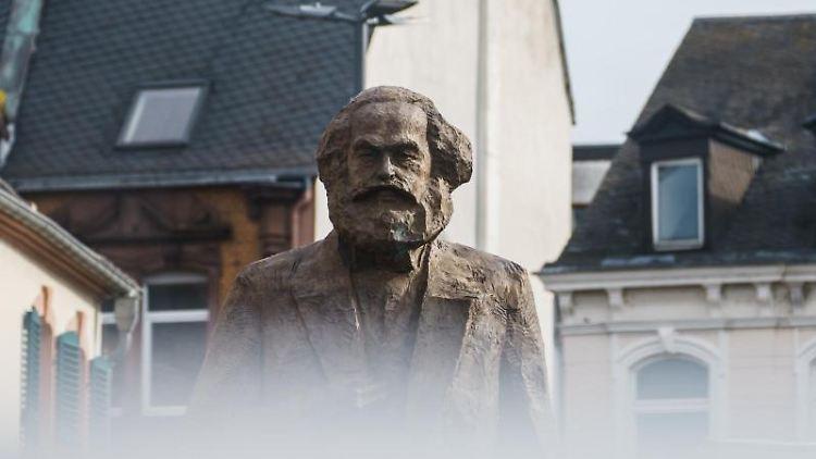 Die Karl-Marx-Statue auf dem Simeonstiftplatz in Tier. Foto: Andreas Arnold/dpa/Symbolbild