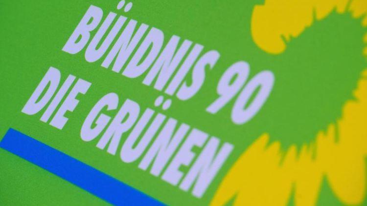 Das Logo von Bündnis 90/Die Grünen steht auf einem Aufsteller der Partei. Foto: Stefan Sauer/dpa-Zentralbild/dpa/Archivbild