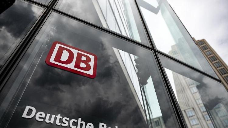 Der Schriftzug mit Logo steht an der Zentrale der Deutschen Bahn in Berlin. Foto: Fabian Sommer/dpa/Symbolbild