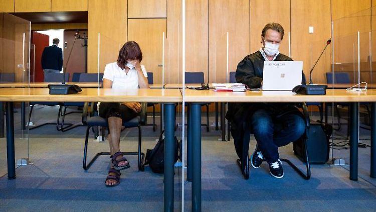 Die Angeklagte sitzt bei Prozessauftakt in einen Saal vom Landgericht. Foto: Moritz Frankenberg/dpa/Archivbild