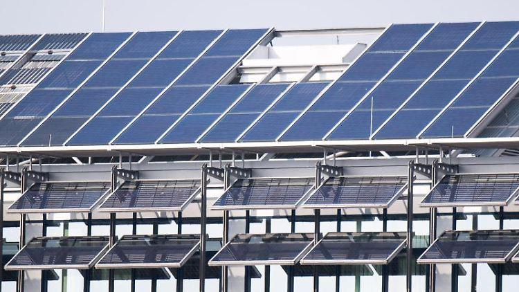 Eine Photovoltaikanlage auf einem Dach erzeugt Strom. Foto: Julian Stratenschulte/dpa/Symbolbild
