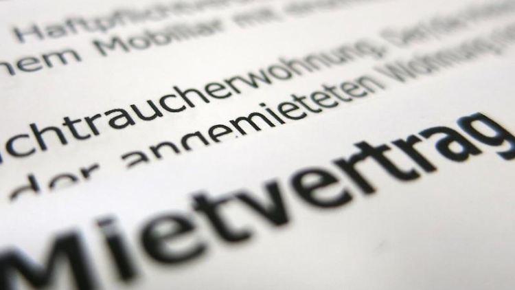 Ein Mietvertrag liegt auf einem Tisch. Foto: Franz-Peter Tschauner/dpa/Illustration