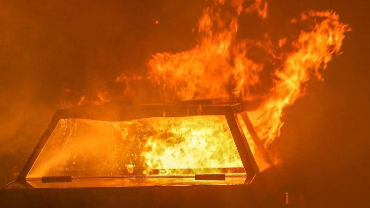 Ein Auto steht in Flammen. Foto: David Young/dpa/Symbolbild