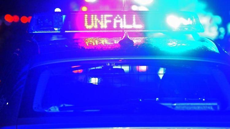 Ein Streifenwagen der Polizei steht mit Blaulicht an einer Unfallstelle. Foto: Stefan Puchner/dpa/Symbolbild