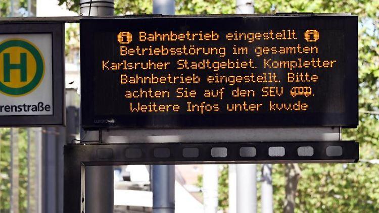 Eine Digitalanzeige an einer Straßenbahnhaltestelle in Karlsruhe weist auf den eingestellten Bahnbetrieb hin. Foto: Uli Deck/dpa/Archivbild