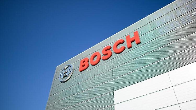 Das Logo von Bosch an einer Fabrik des Konzerns. Foto: Robert Michael/dpa-Zentralbild/dpa/Archivbild