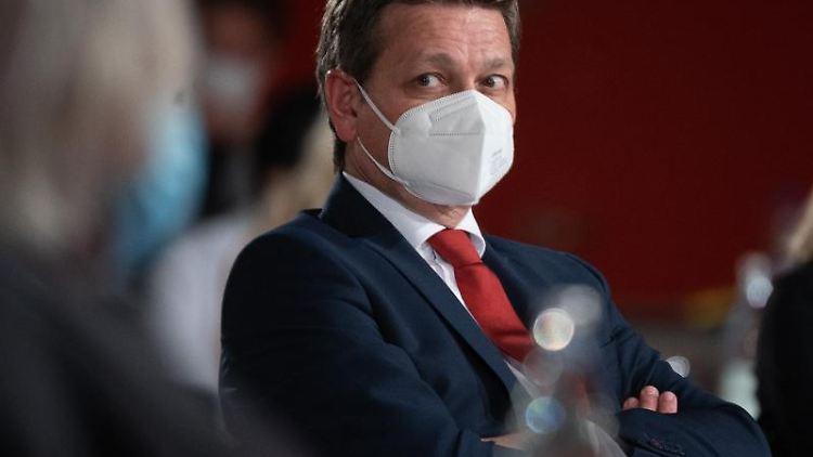 Christian Baldauf, Fraktionsvorsitzender der CDU im Landtag von Rheinland-Pfalz, schaut in die Runde. Foto: Sebastian Gollnow/dpa