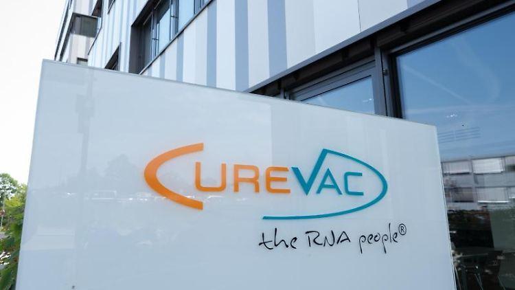 Ein Schild mit dem Logo des biopharmazeutischen Unternehmens Curevac steht vor der Zentrale. Foto: Bernd Weißbrod/dpa