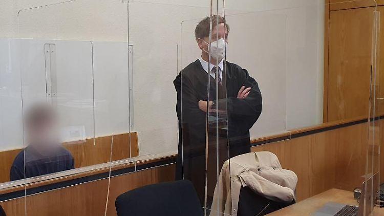 Der Angeklagte Daniel Manuel R. (l) sitzt hinter seinem Verteidiger im Saal des Amtsgerichts. Foto: Martin Höke/dpa/Archivbild