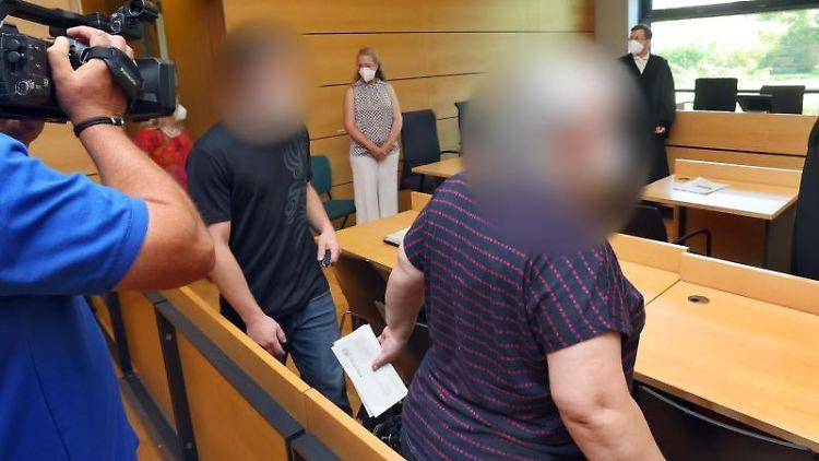 Ein Frau (r) und ihr Sohn betreten den Gerichtssaal im Amtsgericht. Foto: Karl-Josef Hildenbrand/dpa