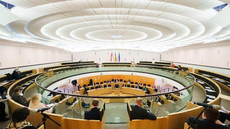 Die Abgeordneten sitzen auf ihren Plätzen im hessischen Landtag. Foto: Andreas Arnold/dpa/Archivbild