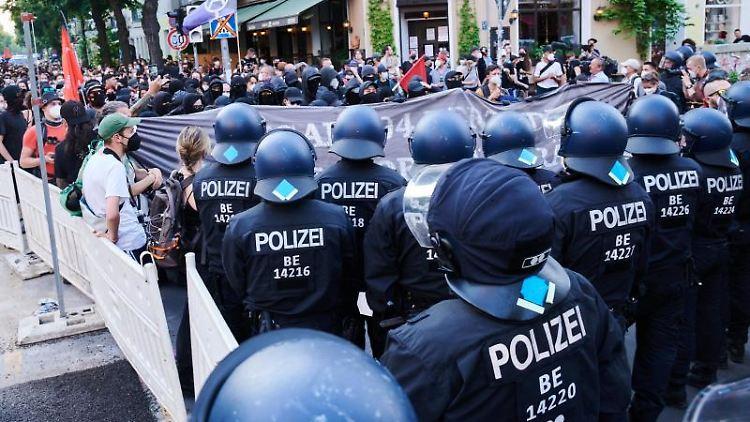 Polizisten bei einer Demonstration von