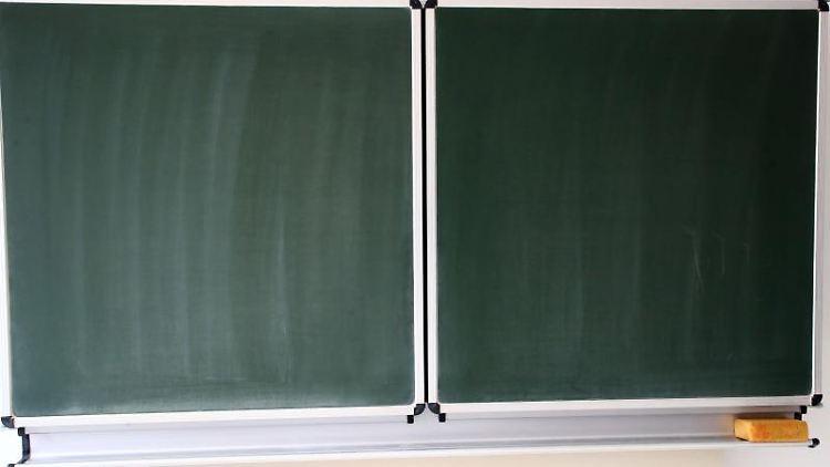 Eine Schultafel steht in einem Klassenzimmer in einer Schule. Foto: Bodo Schackow/dpa-Zentralbild/ZB/Symbolbild