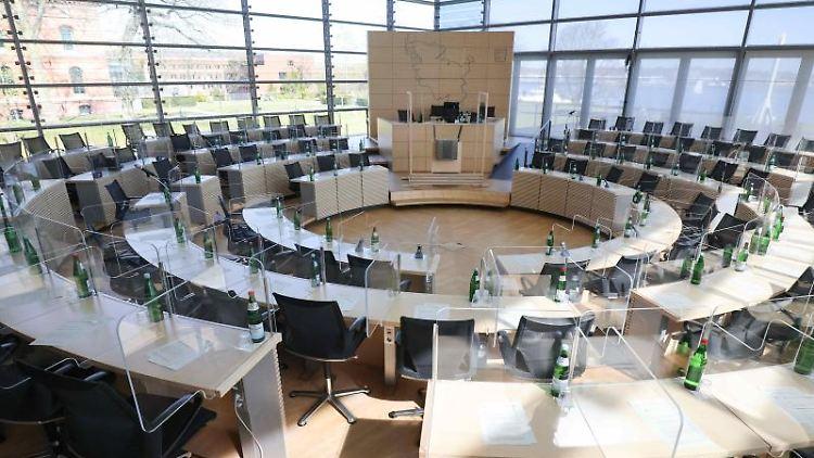 Blick in den noch leeren Sitzungssaal vor einer Sitzung des Landtags. Foto: Christian Charisius/dpa/Archivbild