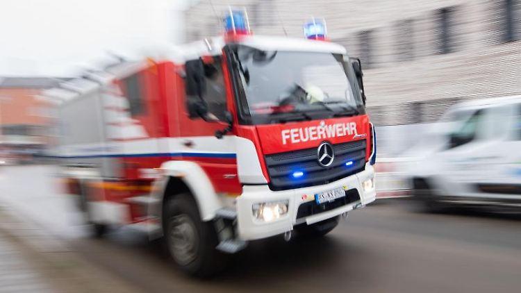 Ein Fahrzeug der Feuerwehr fährt über eine Straße. Foto: Julian Stratenschulte/dpa/Symbolbild