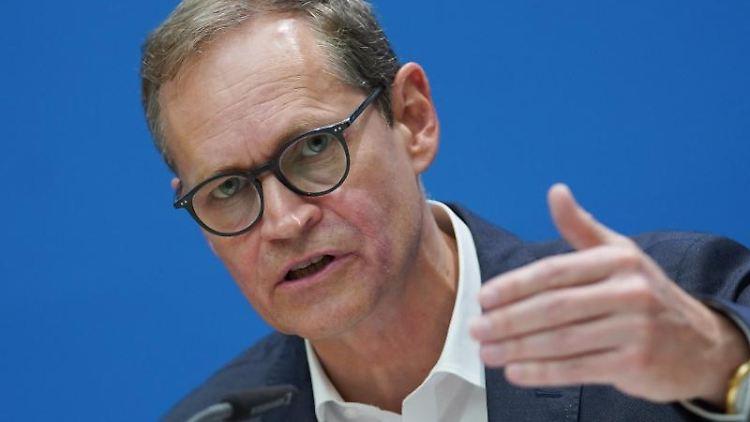 Michael Müller (SPD), Regierender Bürgermeister, spricht. Foto: Jörg Carstensen/dpa/Archivbild