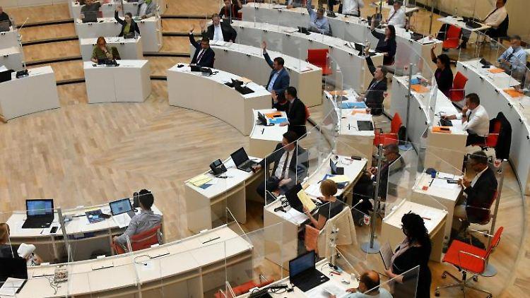 Die Abgeordneten stimmen ab. Foto: Bernd Settnik/dpa-Zentralbild/ZB/Archivbild