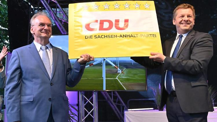 Reiner Haseloff (CDU), Ministerpräsident von Sachsen-Anhalt und der CDU-Landesvorsitzende Sven Schulze (r). Foto: Bernd Von Jutrczenka/dpa/Archivbild