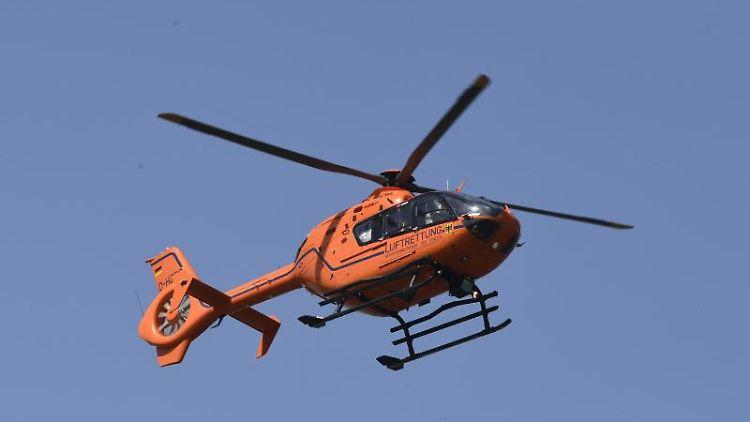 Ein Hubschrauber sucht nach zwei vermissten Mädchen, die am Mittwochabend im Rhein ein erfrischendes Bad nehmen wollten. Foto: Roberto Pfeil/dpa