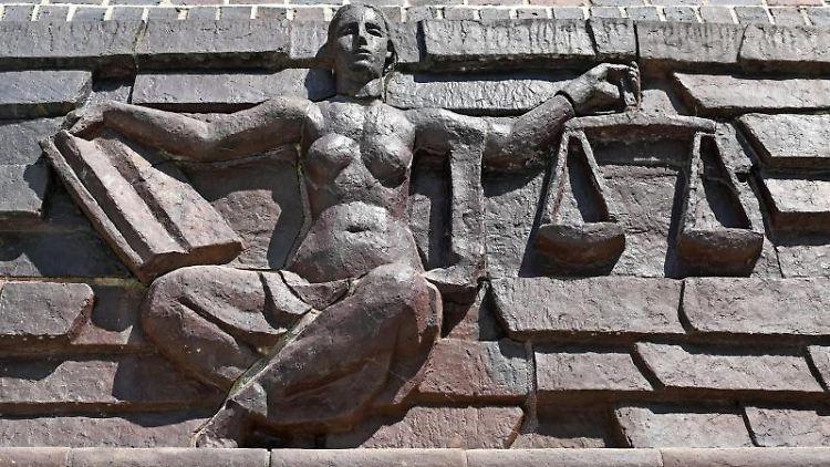 Eine Justitia an einem Gerichtsgebäude. Foto: Hendrik Schmidt/dpa-Zentralbild/dpa/Symbolbild