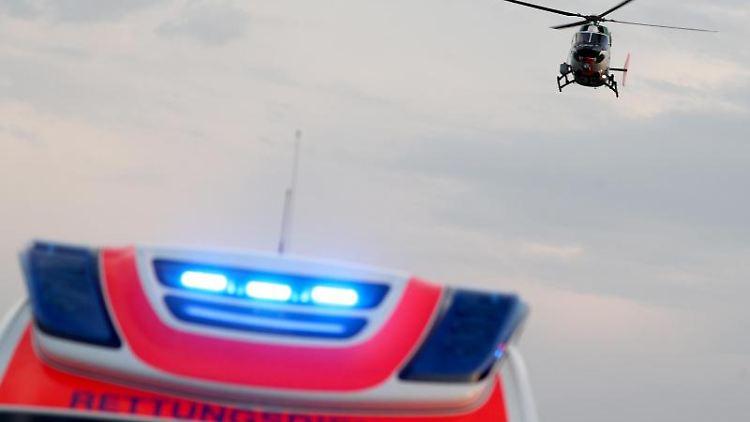 Ein Hubschrauber fliegt über einem Rettungswagen. Foto: Jan Woitas/dpa-Zentralbild/dpa/Symbolbild