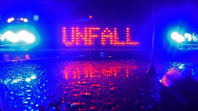 Ein Polizeiwagen steht mit Blaulicht an einer Unfallstelle. Foto: Stefan Puchner/dpa/Symbolbild
