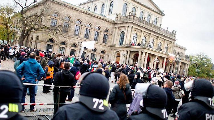 Polizisten sichern im November eine Demonstration der Initiative