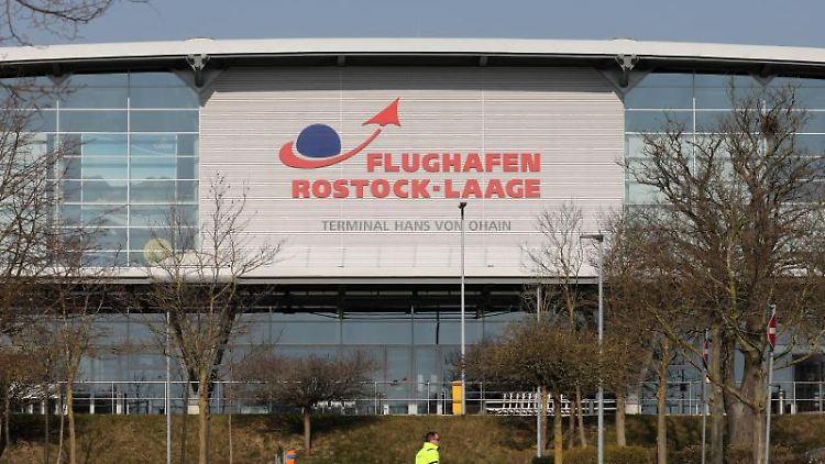 Das Abfertigungsgebäude auf dem Flughafen Rostock-Laage. Foto: Bernd Wüstneck/dpa-Zentralbild/dpa/Archivbild