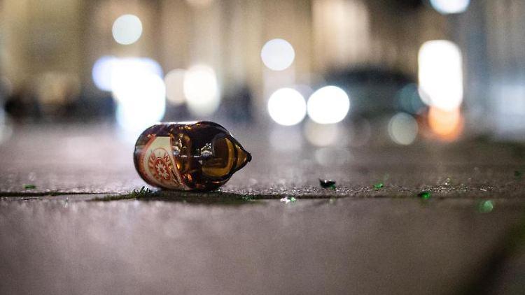 Eine zerbrochene Bierflasche liegt auf dem Boden. Foto: Christoph Schmidt/dpa/Archivbild