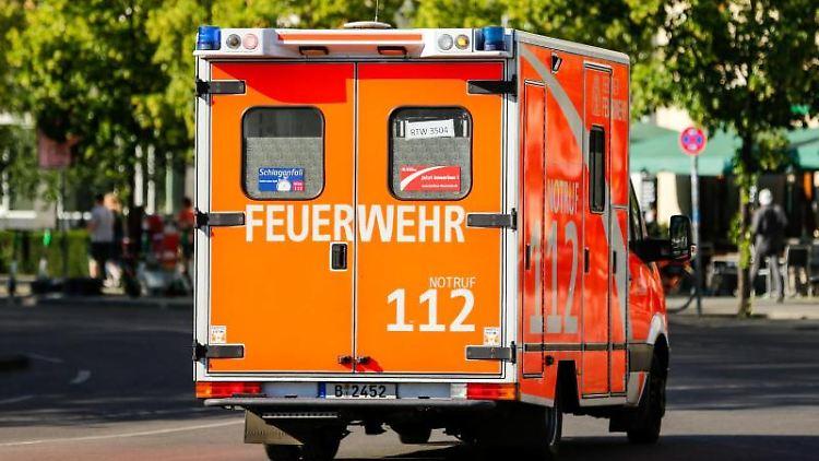 Ein Krankenwagen ist mit Blaulicht im Einsatz. Foto: Gerald Matzka/dpa-Zentralbild/ZB/Symbolbild
