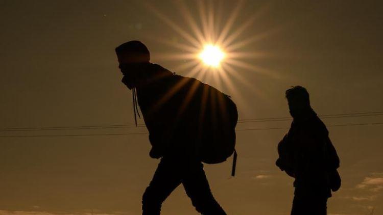 Flüchtlinge aus Afghanistan sind auf einer Landstraße unterwegs. Foto: Mohssen Assanimoghaddam/dpa/Archivbild