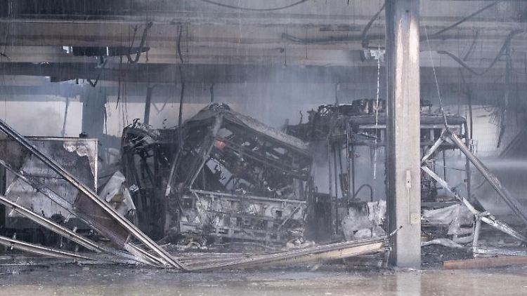 Ausgebrannte Busse stehen im Busdepot der Hannoverschen Verkehrsbetriebe Üstra. Foto: Francois Klein/dpa/Archivbild