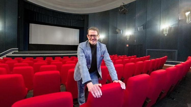 Martin Turowski, Betreiber des Ratzeburger Kinos Burgtheater, steht im Großsen Saal des Kinos. Foto: Markus Scholz/dpa/Archivbild